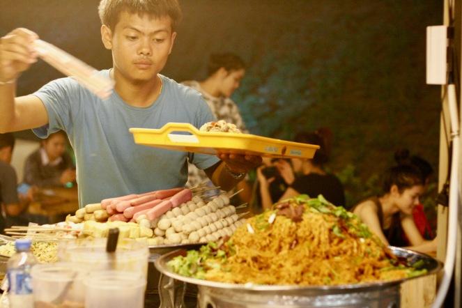 Verkäufer beim Nachtmarkt in Vientiane