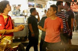 Verkäufer verhandeln mit Käufern in Chinatown