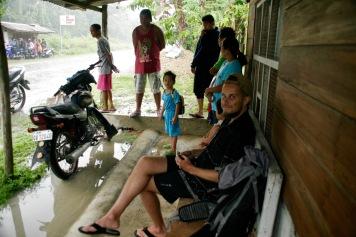 Warten mit den Einheimischen auf Bohol