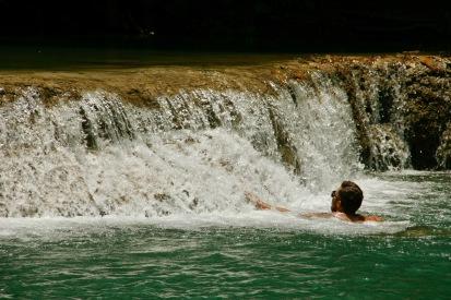 Alex badet im Kuang Si