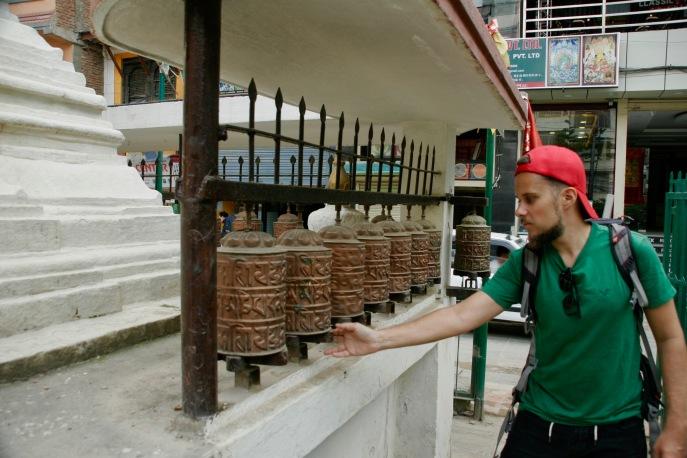 Alex dreht die Gebetsräder in Kathmandu - das soll Glück bringen