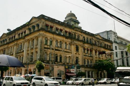 Alte Kolonialbauten in den Straßen Yangons