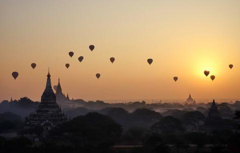 Ballons über den unzähligen Tempeln Bagans