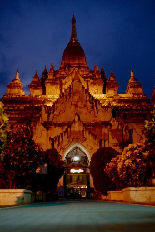 Beleuchtete Tempel am Abend