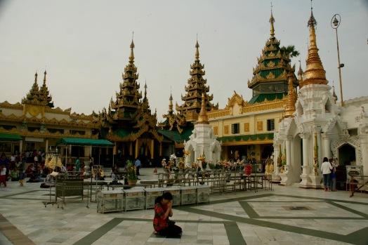 Betende Frau in der Shwedagon Pagode in Yangon