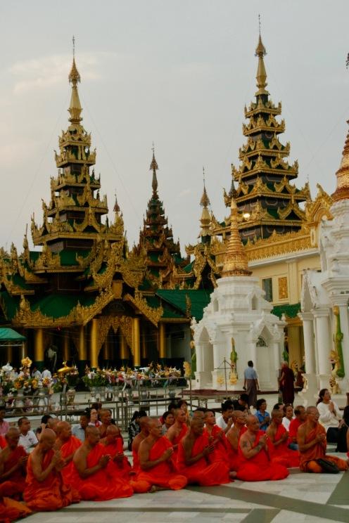 Betende Mönche bei der Shwedagon Pagode in Yangon