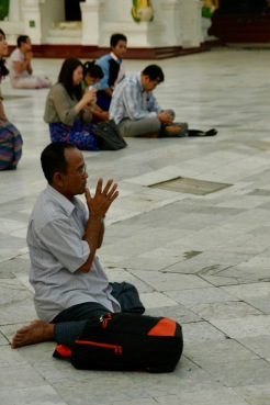 Betender Mann bei der Shwedagon Pagode in Yangon