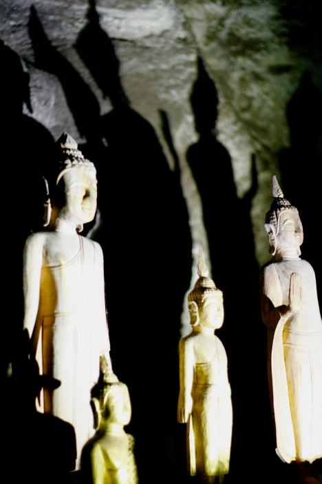Buddhastatuen werfen riesige Schatten in der Pak Ou