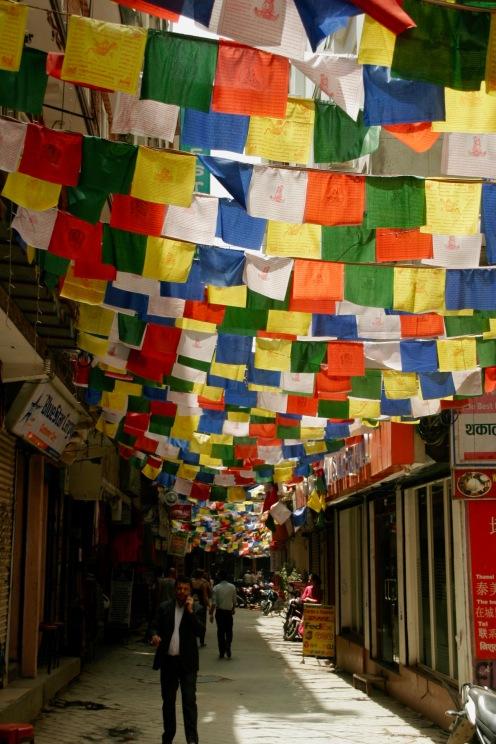 Bunte Gebetsfahnen verzieren die Straßen Thamel