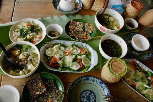 Üppiges Mittagessen auf der Living Land Farm