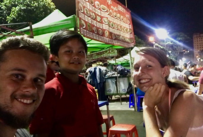 Cooler Kellner beim Nachtmarkt in Yangon