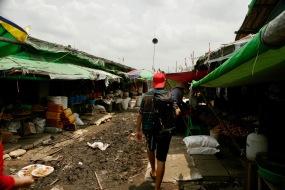 Danyinkone Butar Market - matschige Gänge durch die Stände