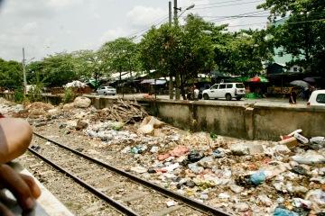 Die Bahngleise führen vorbei an Müllhalden