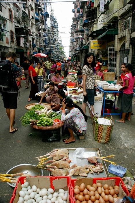Die Märkte spicken Yangons Straßen