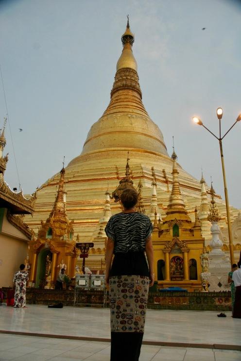 Ehrfürchtig vor der Shwedagon Pagode