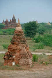 Erste Sonnenstrahlen auf den Tempeln Bagans
