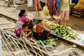 Familie verkauft Gemüse auf den Ringbahngleisen bei Yangon
