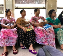 Frauen mit Thanaka im Gesicht