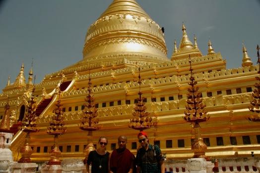 Gemeinsam mit einem Mönch vor der Shwezigon Pagode