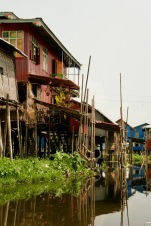 Hütten am Wasser in Maing Thauk