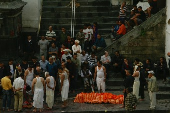 Hinduistische Zeremonie um einen geliebten Menschen zu verabschieden