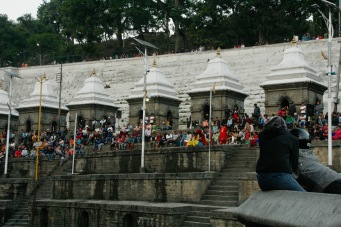 Hunderte Zuschauer bei den Verbrennungen beim Pashupatinath Tempel