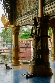 In der Kyaethoon Pagoda in Yangon