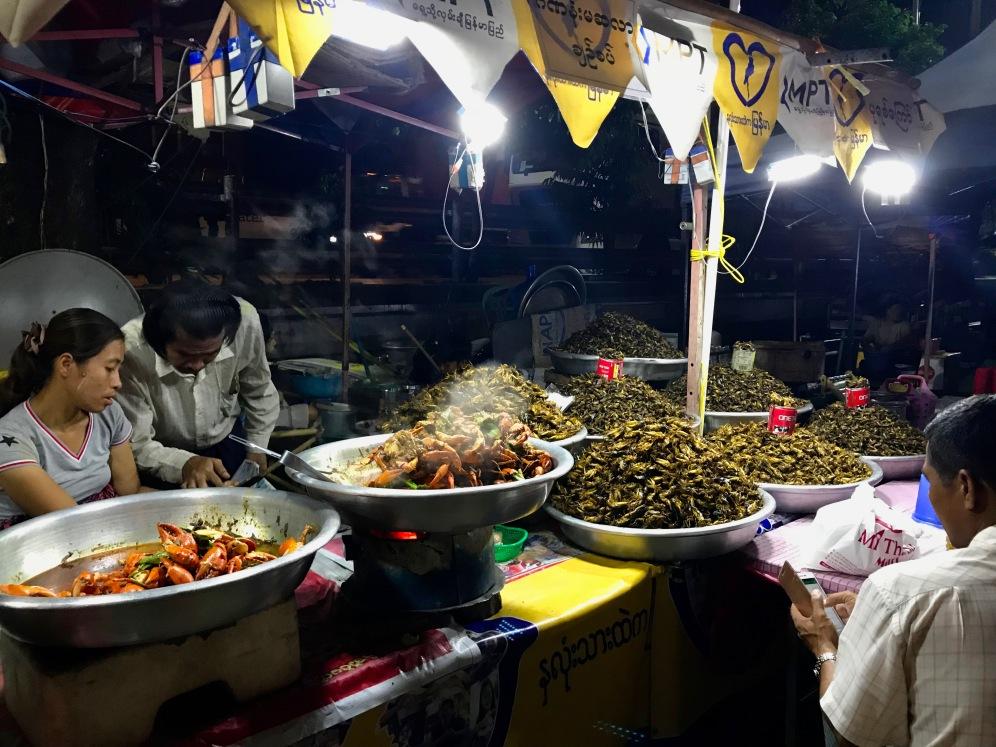Insekten en masse auf Yangons Nachtmarkt