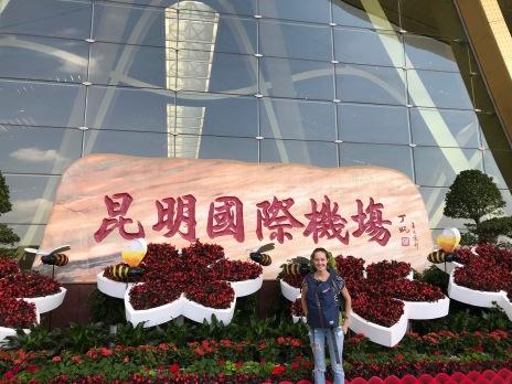 Jasmin vorm Flughafen in Kunming