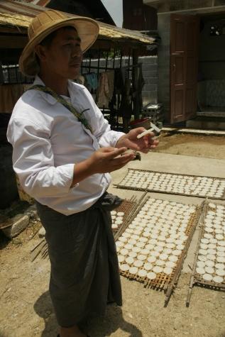 Kaung Daing Tofu Palace - Herstellung von Reissnacks