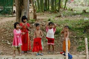 Kinder im Dorf Indein