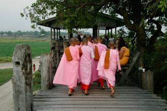 Leuchtende Gewänder der buddhistischen Nonnen auf der U Bein Brücke
