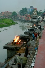 Loderndes Feuer bei den Verbrennungen beim Pashupatinath Tempel