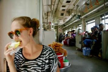 Mango als Erfrischung im Zug in Yangon