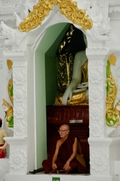 Mönch meditiert in der Shwedagon Pagode
