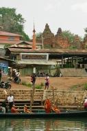 Mönche besuchen das Dorf Indein