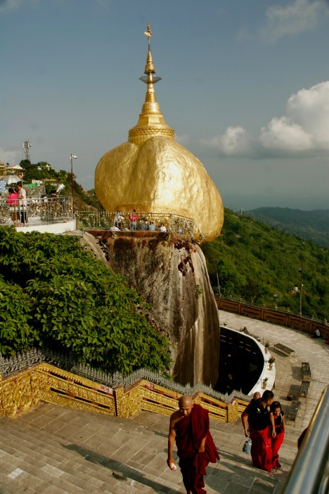Goldgelb leuchtende Golden Rock Pagode