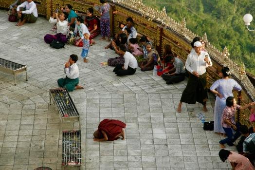 Betende Burmesen sind überglücklich die Pagode erreicht zu haben