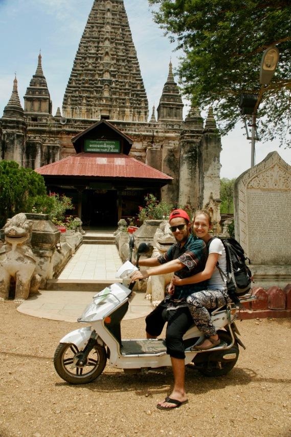 Mit Thanaka im Gesicht vorm Mahabodhi Tempel