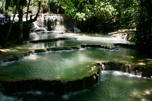 Natürliche Wasserbecken bei den Kuang Si Wasserfällen