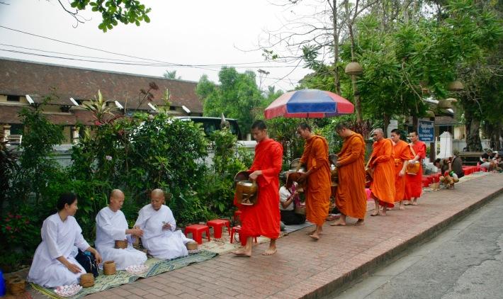 Nonnen zollen den Mönchen Respekt
