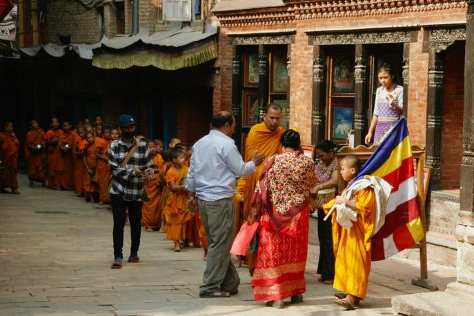Novizen auf Almosengang in Bhaktapur