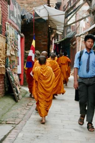 Novizen laufen durch die Straßen Bhaktapurs