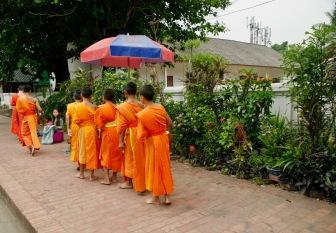 Novizen nehmen ebenfalls am Almosengang teil