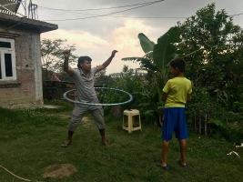 Rajan und Sohn Nitesh spielen gemeinsam im Garten
