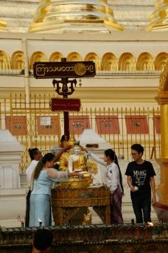 Shwedagon Pagode - Gläubige beten beim Wochentag ihres Geburtstags