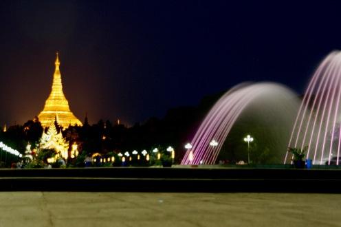 Shwedagon Pagode und Brunnenspiel am Abend