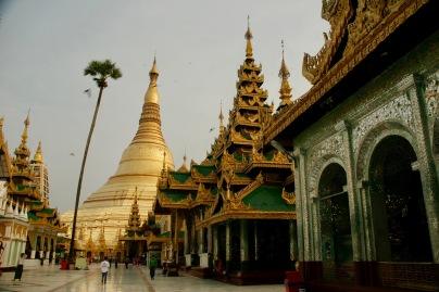 Shwedagon Pagode - unzählige Farben und Tempel
