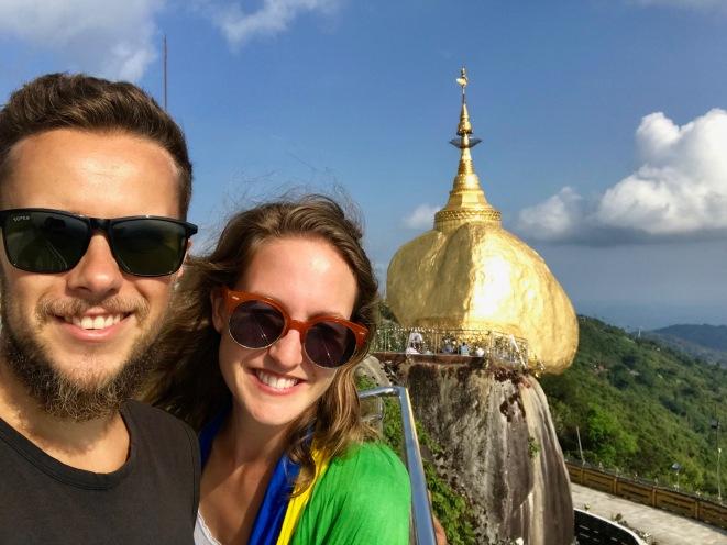 Sonniger Ausblick Golden Rock Pagoda