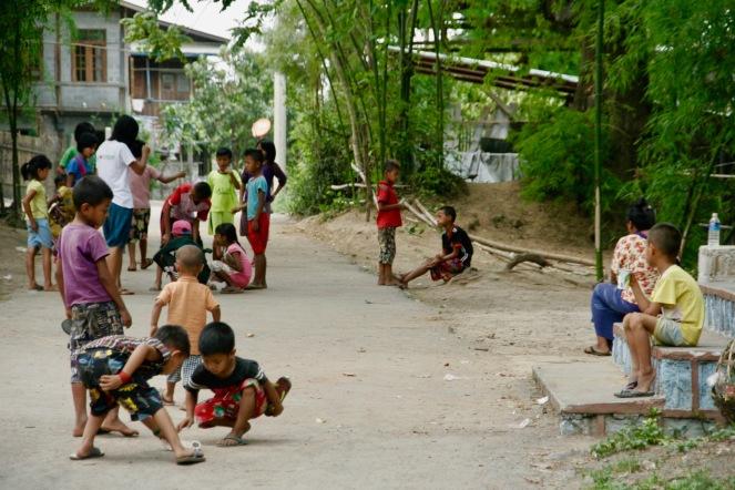 Spielende Kinder in Kaung Daing